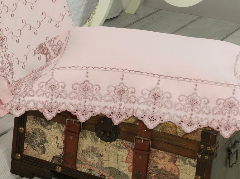 Enxoval 10 peças com Cobre-leito Casal Percal 200 fios com Bordado Inglês - Castelo Rosa Velho - Dui Design
