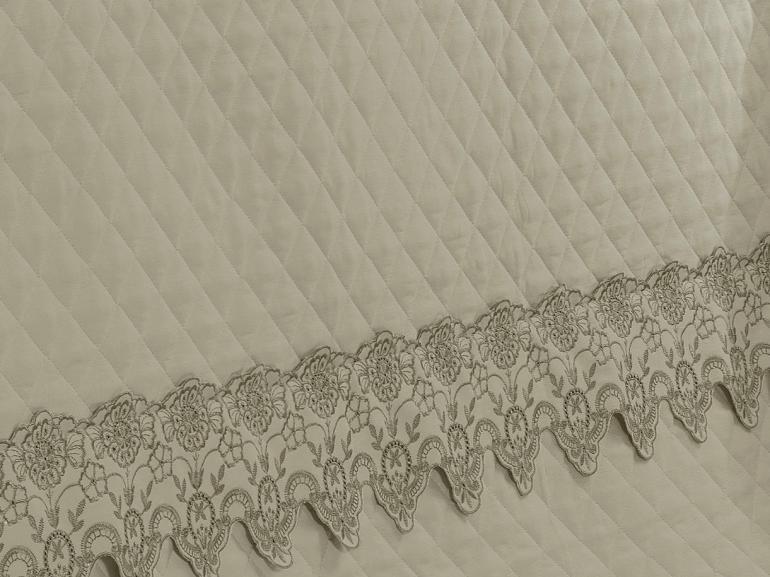 Kit: 1 Cobre-leito Casal + 2 porta-travesseiros Cetim de Algodão 300 fios com Bordado Inglês - Classic Bege - Dui Design