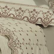 Kit: 1 Cobre-leito King + 2 porta-travesseiros Percal 200 fios com Bordado Inglês - Dover Castanho - Dui Design