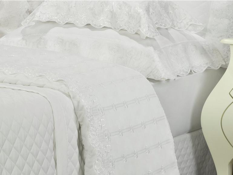 Kit: 1 Cobre-leito King + 2 porta-travesseiros Cetim de Algodão 300 fios com Bordado Inglês - Glamour Branco - Dui Design