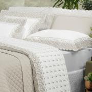 Kit: 1 Cobre-leito Queen + 2 porta-travesseiros Cetim de Algodão 300 fios com Bordado Inglês - Magestic Branco e Bege - Dui Design
