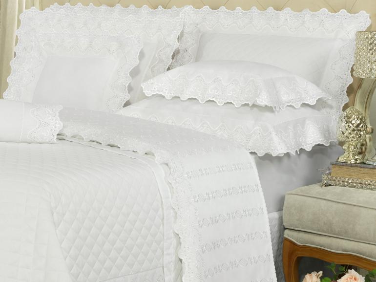 Kit: 1 Cobre-leito King + 2 porta-travesseiros Cetim de Algodão 300 fios com Bordado Inglês - Malaga Branco - Dui Design