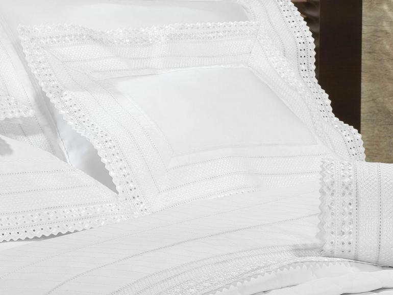 Kit: 1 Cobre-leito King + 2 porta-travesseiros Cetim de Algodão 1.000 fios com Bordado Inglês - Passini Branco - Dui Design