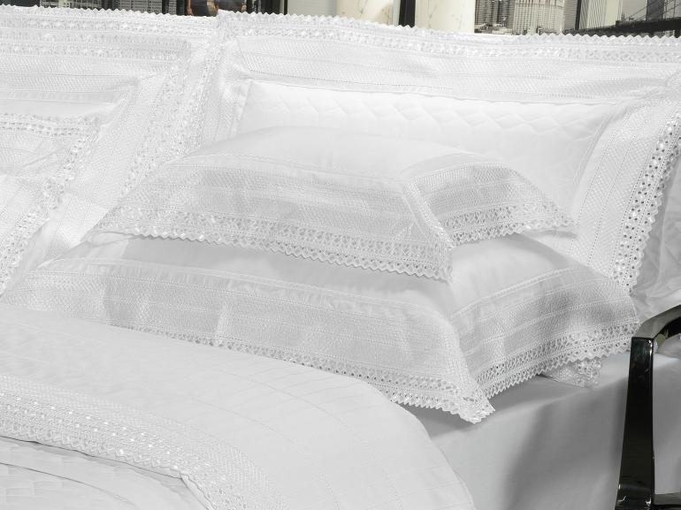 Kit: 1 Cobre-leito Queen + 2 porta-travesseiros Cetim de Algodão 1.000 fios com Bordado Inglês - Passini Branco - Dui Design
