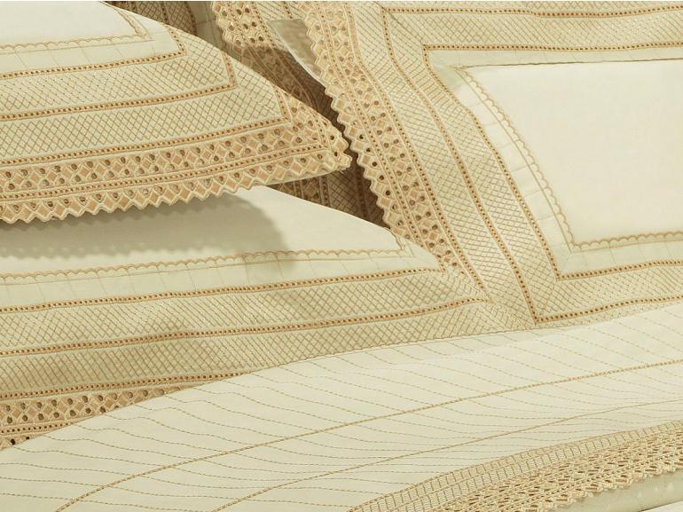 Kit: 1 Cobre-leito Casal + 2 porta-travesseiros Cetim de Algodão 1.000 fios com Bordado Inglês - Passini Marfim - Dui Design