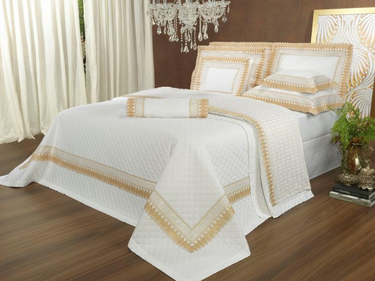 Kit: 1 Cobre-leito Queen + 2 porta-travesseiros Percal 200 fios com Bordado Inglês - Princess Branco e Dourado - Dui Design