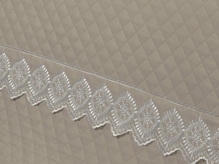 Kit: 1 Cobre-leito King + 2 porta-travesseiros Percal 200 fios com Bordado Inglês - Selena Branco e Bege - Dui Design