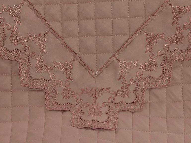 Kit: 1 Cobre-leito Queen + 2 porta-travesseiros Cetim de Algodão 300 fios com Bordado Inglês - Sofisticata Rosa Velho - Dui Design